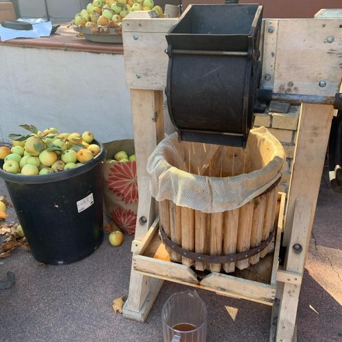 Pressing apples